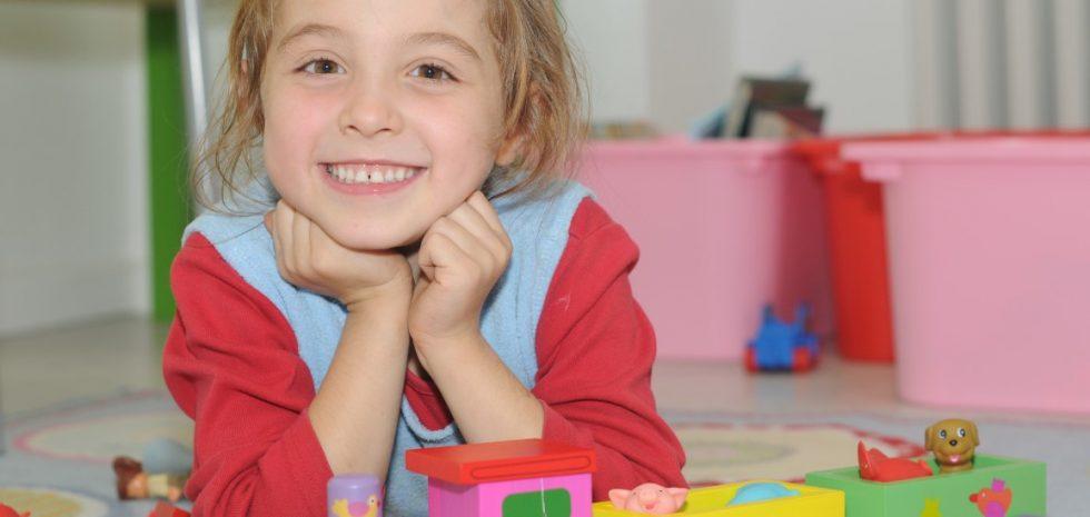 Kind im Zahnarzt Warteraum der Zahnputzschule